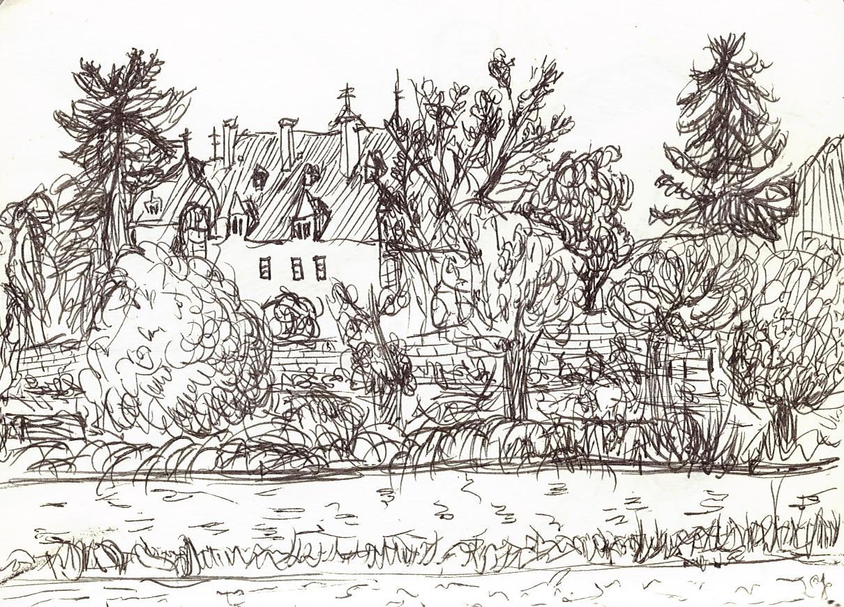 Le même château entouré d'arbres, au bord d'un canal